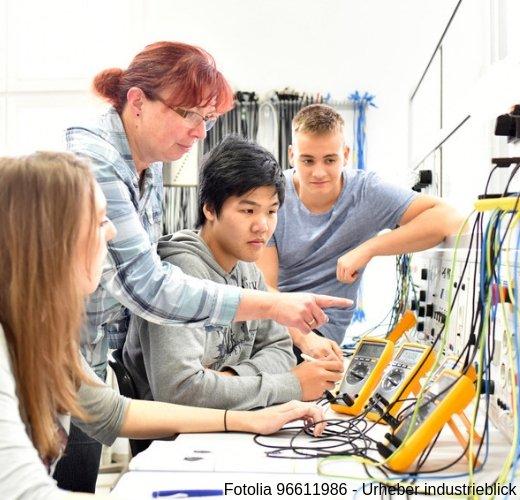 Elektroniker für Automatisierungstechnik bei der Weiterbildung in der Werkstatt
